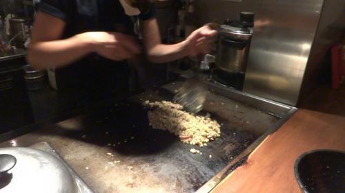 激辛料理が目の前の鉄板で作られていく