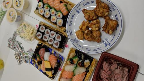 19時過ぎなので夕食。寿司&唐揚げ。